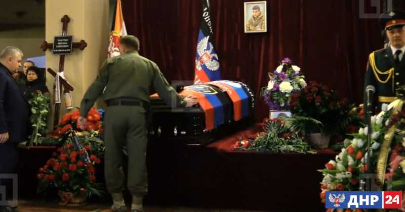 Церемония прощания с Героем ДНР Михаилом Толстых началась в центре Донецка