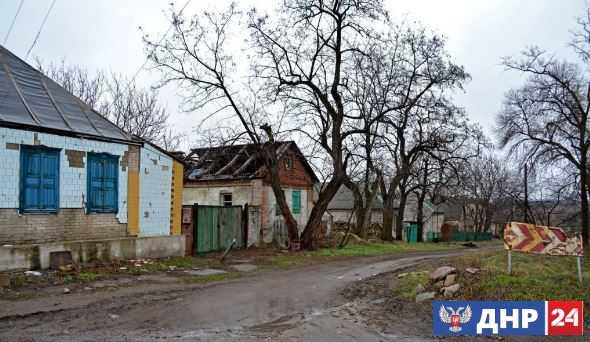 В результате обстрела со стороны ВСУ сгорел дом в Зайцево на северной окраине Горловки