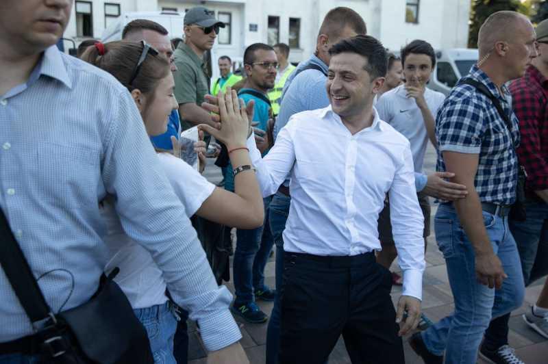 Зеленский в Мариуполе обещал инвестиции и купался в фонтане